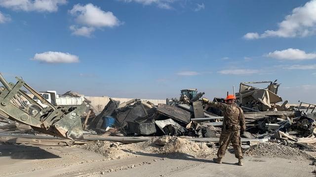 Ein US-Soldat steht während Aufräumarbeiten auf dem US-Stützpunkt Ain al-Assad.