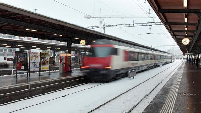 Tren en la staziun da Cuira.