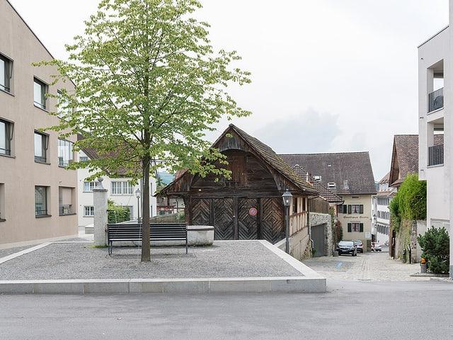 Platz mit Neubau im Städtchen Sempach.