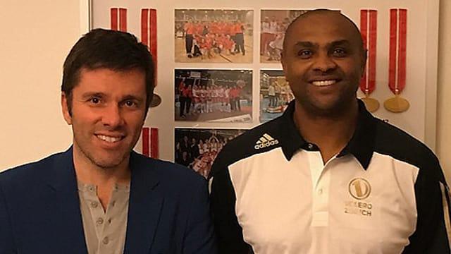 Präsident Stav Jacobi und der neue Trainer Anderson de Oliveira Rodrigues lächeln Seite an Seite in die Kamera.