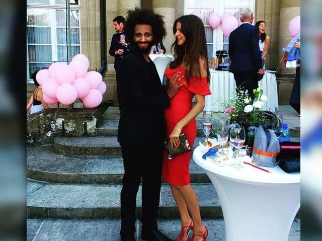Anouk Manser und DJ Jimi Jules festlich gekleidet.