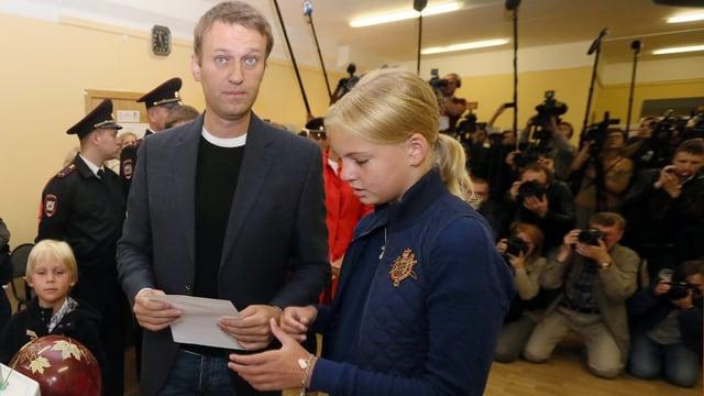 Oppositionspolitiker Navalny mit seinen Kindern bei der Stimmabgabe zu den Bürgermeisterwahlen in Moskau.