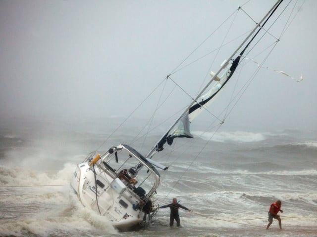Schiff legt bei stürmischen Wetter an Land an.