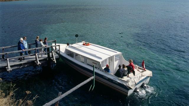 Menschen steigen in ein Boot ein.
