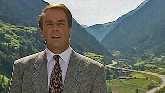 Adolf Ogi in Wassen, im Hintergrund die Autobahn (1992)