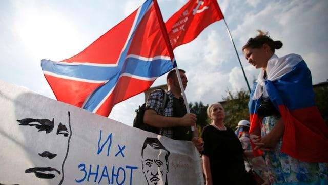 Fahnen und Putin-Plakate bei einer Demo