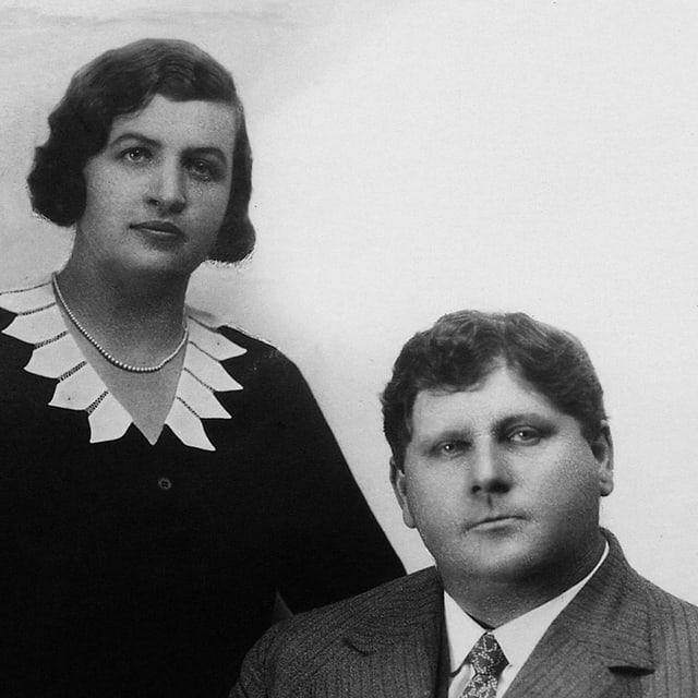 EIn Mann und eine Frau gucken streng in die Kamera.