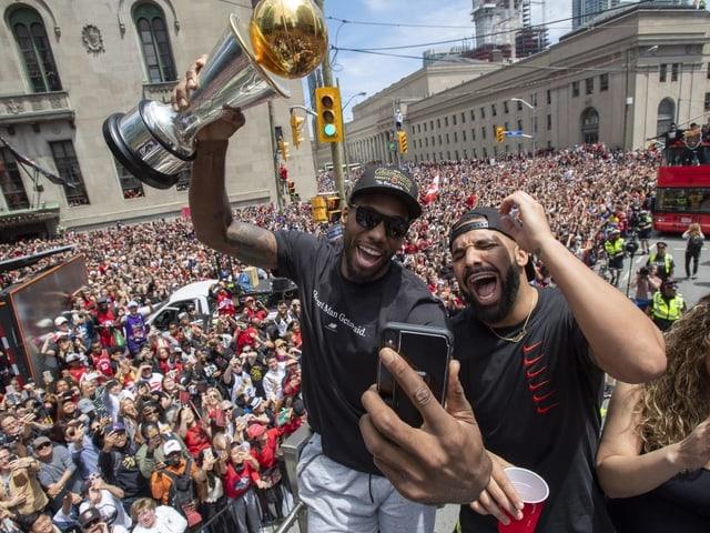 Leonard feiert mit Drake.