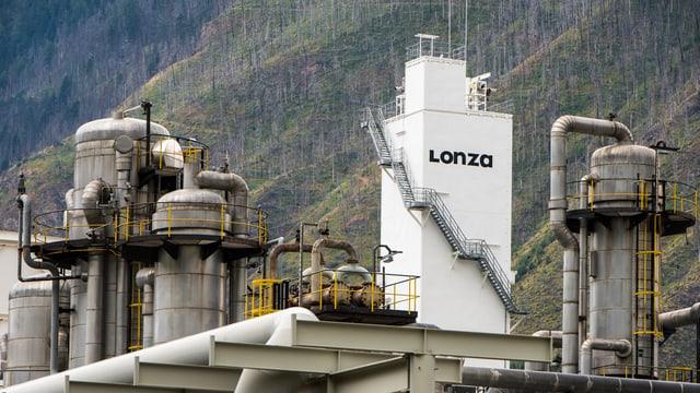 Turm mit Aufschrift «Lonza», Rohre.