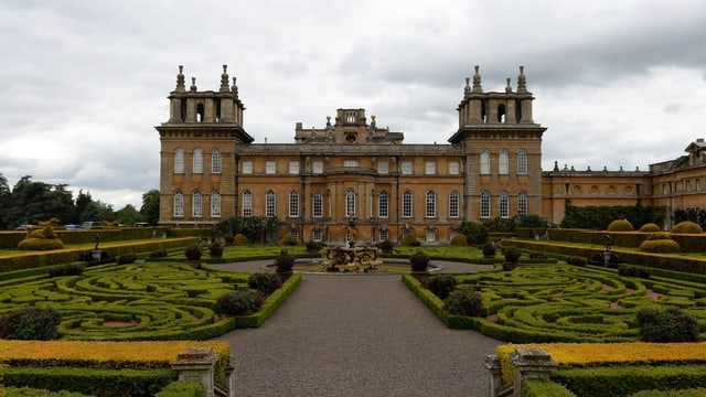 Ein mächtiges Schloss und ein prächtiger Garten.
