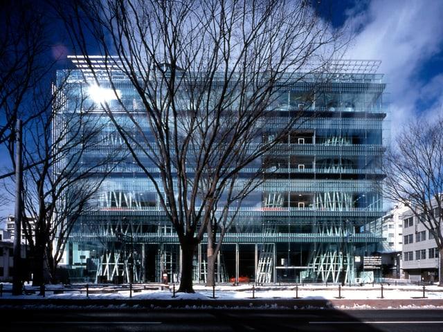 Die Sendai Mediatheque, ein mehrstöckiger Kubus aus hellblauem Glas.