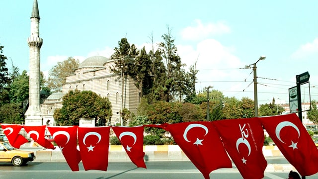 Abschrankung mit Türkeifahnen vor Moschee.