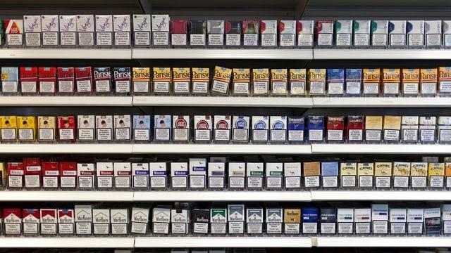 Viele Zigarettenschachteln im Laden