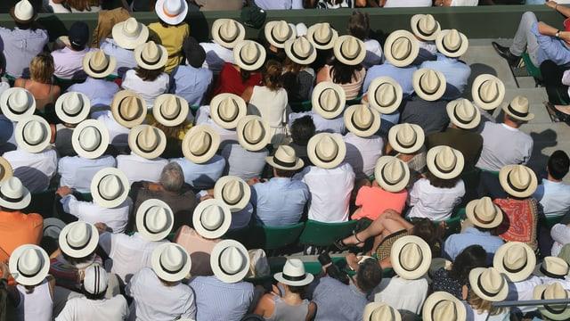 Eine mit Strohhüten bedeckte Zuschauermenge an den French Open.