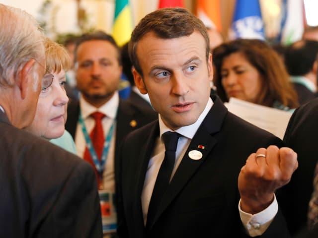Macron mit der geballten Faust.