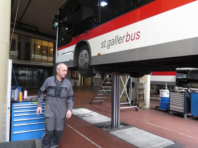 Der Werkstattchef Erwin Benz läuft zum Bus.