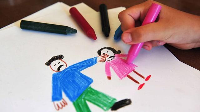 Kinderzeichnung mit einem Mann, der ein Kind schlägt.