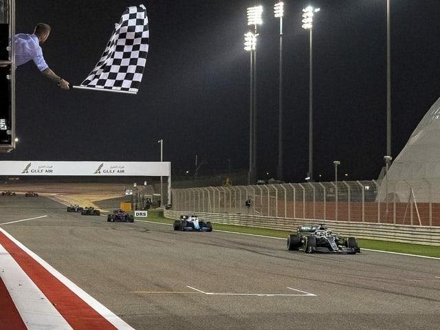 Formel-1-Boliden fahren in der Nacht in Bahrain.