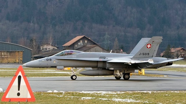 Ein Jet der Schweizer Luftwaffe auf dem Militärflugplatz Meiringen.