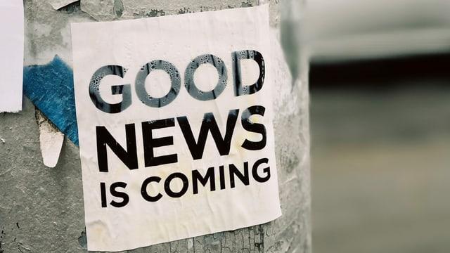 Ein Good News Aufkleber auf einem Strassenpfosten