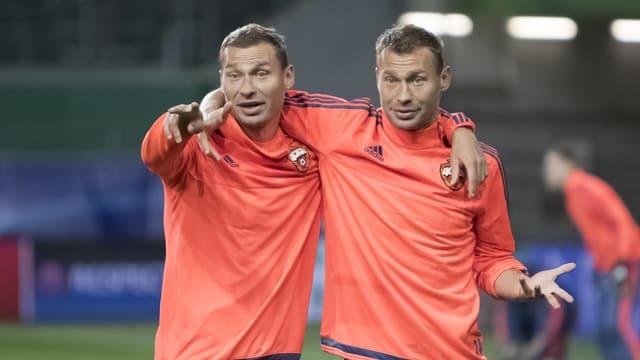 Alexei und Wassili Beresuzki umarmen sich im Training.