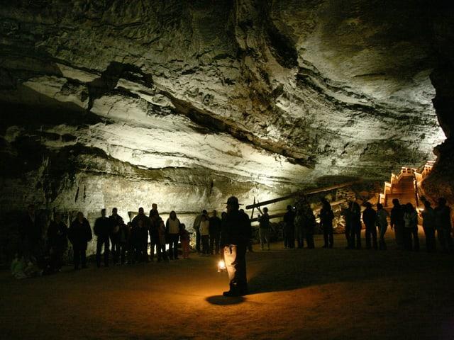 Besucher stehen in der Flint-Ridge-Mammoth Höhle in den USA.
