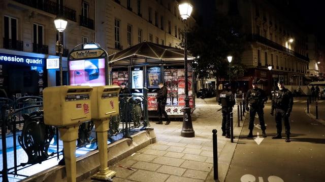 Plirs policists a Paris durant la notg.