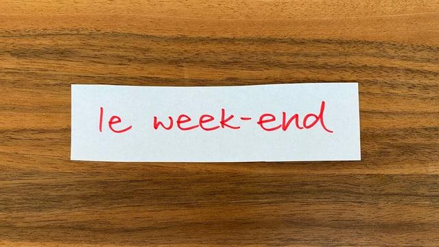 Rot auf weissem Papier steht: le week-end.