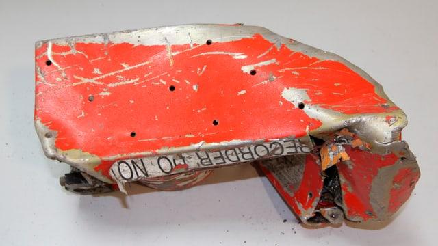 Bei dem gefundenen Flugschreiber handelt es sich um den Cockpit Voice Recorder (CVR), der aber stark beschädigt ist.