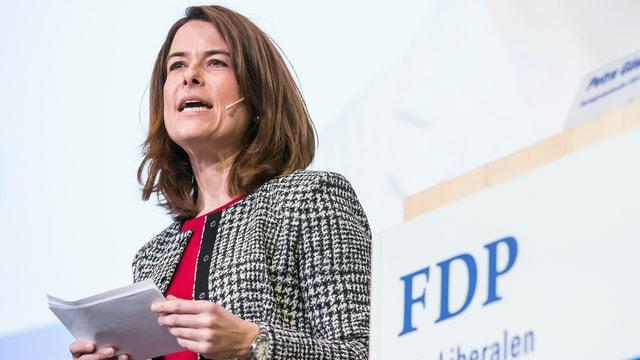 Petra Gössi hält eine Rede.