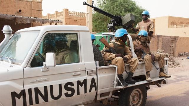 Soldaten der UNO-Friedenstruppe in einem Fahrzeug.