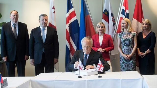 Bundespräsident Schneider-Amman unterzeichnet das Freihandelsabkommen der EFTA-Staaten mit Georgien.