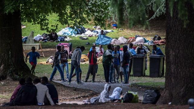 Flüchtlinge in einem Park in Como