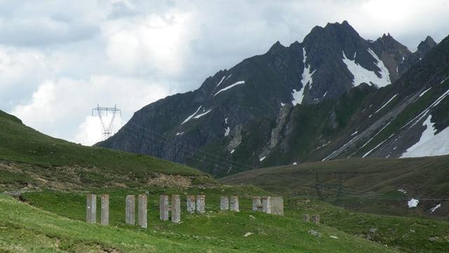 Mehrere Betonsäulen stehen auf dem San Giacomo Pass