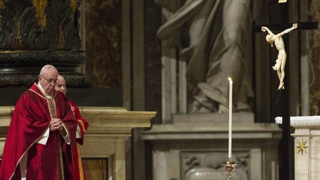 Der Papst vor einem Kreuz Christi