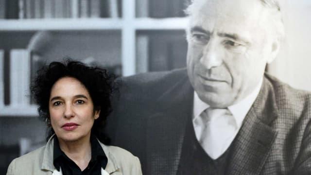 Die Verlegerin Ulla Unseld-Berkewicz, eine der beiden Kontrahenten im Streit um den Traditionsverlag, vor einem Porträt ihres verstorbenen Mannes und Verlagsgründer Siegfried Unseld.