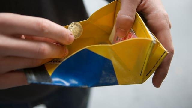 Ein Portemonnaie mit Münz.