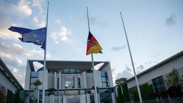 En memoria al chancelier da l'unitad: Las bandieras avant l'uffizi da chancelier a Berlin èn a mesa asta.