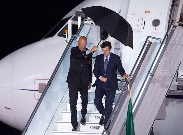 Conte verlässt Flugzeug.