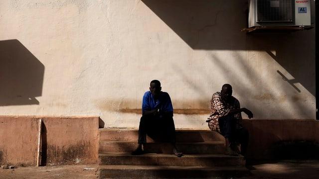 Dus lavurants da l'ospital a Bamako sesan avant il bajetg (22.11.2015).