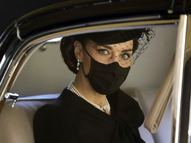 Herzogin Catherine mit Schleier im Auto sitzend