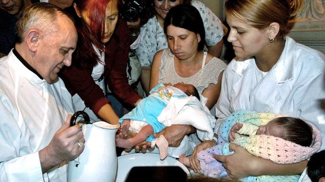 Jorge Bergoglio wäscht Babies die Füsse.