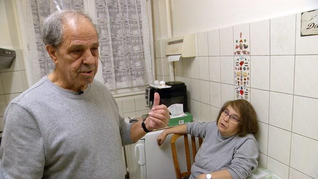 Älteres Paar in einer geliesten Küche