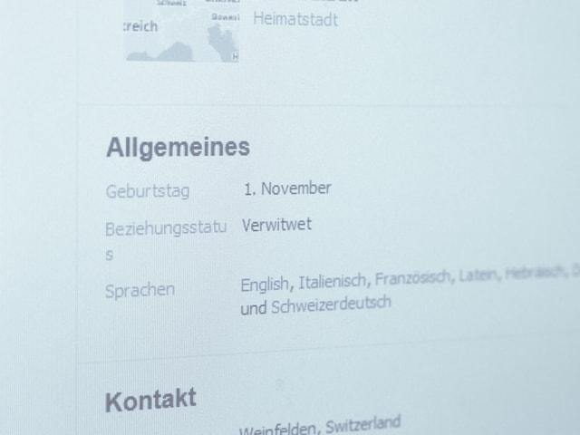 Ein Bild zeigt Teile des Facebook-Profils von Thomas Merz. Sein «Beziehungsstatus» zeigt, dass er «Verwitwet» ist.
