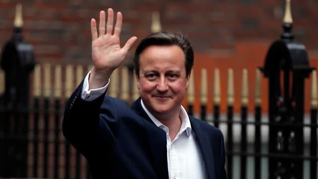 David Cameron winkt vor der Downing Street
