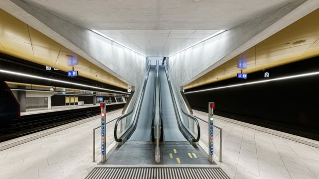 leerer Bahnsteig mit Rolltreppe