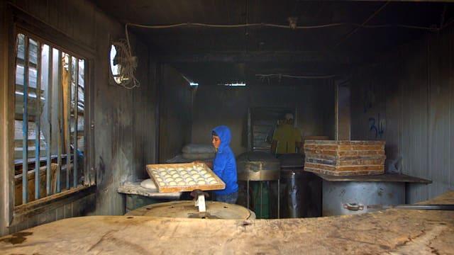 Mohammed bei der Arbeit in der Bäckerei im Camp Zaatari.