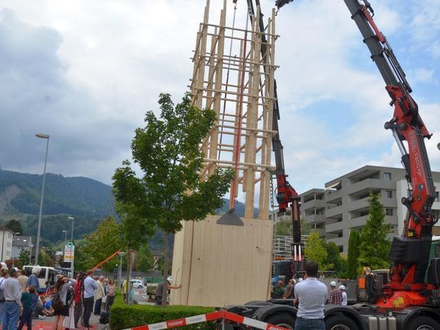 Schaulustige beobachten den Aufbau des Turmes.