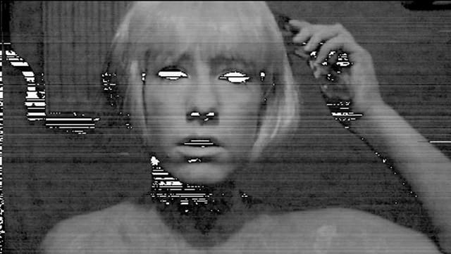 Schwarz-Weiss-Portrait einer Frau mit Bildstörungen.