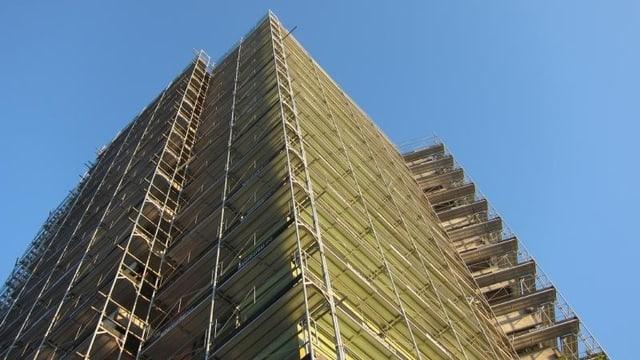 Ein Hochaus im Bau, Blick von unten nach oben in den Himmel